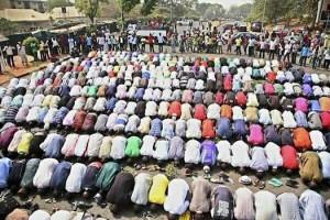 Image google Chrétiens protégeant les musulmans pendant la prière